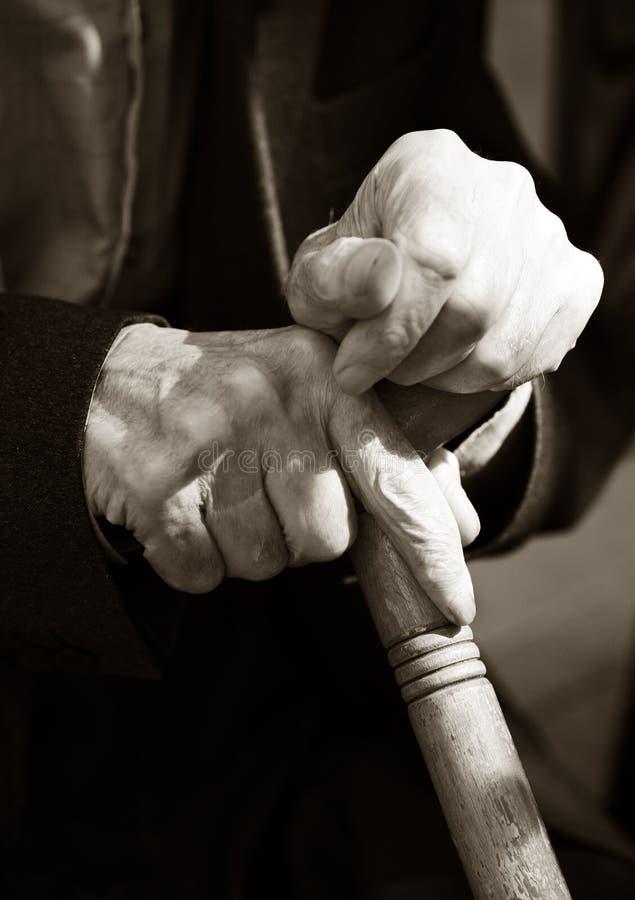 Handen van de bejaarde stock foto