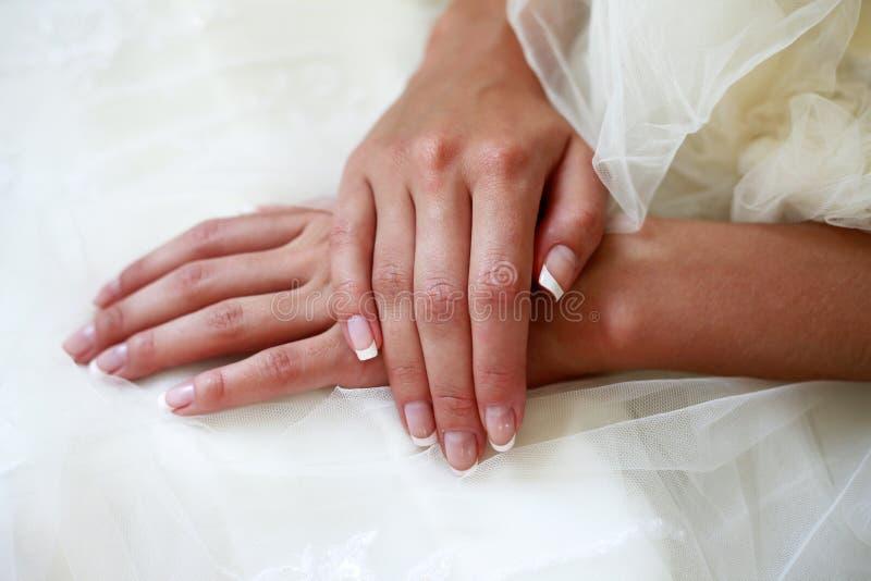 Handen van de bruid stock foto's