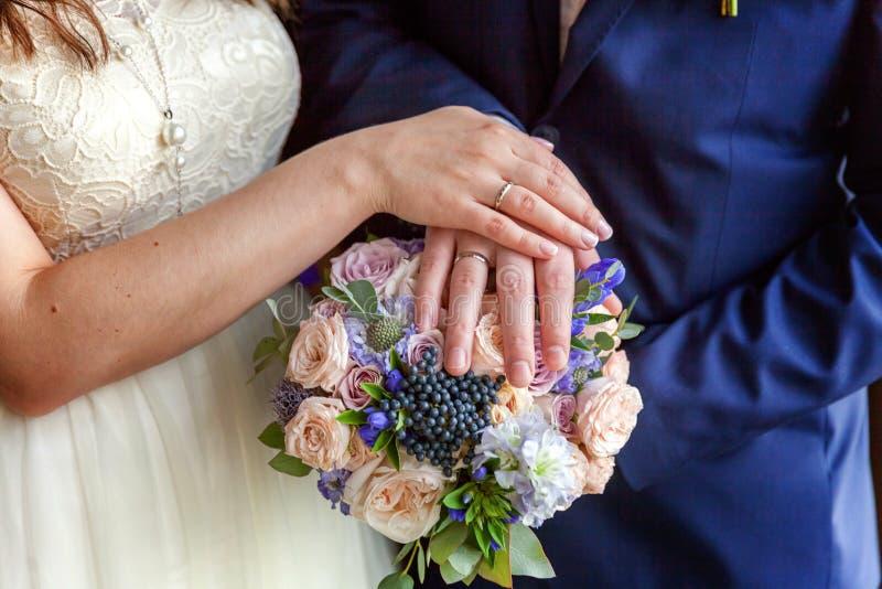 Handen van de bruid en de bruidegom stock foto's