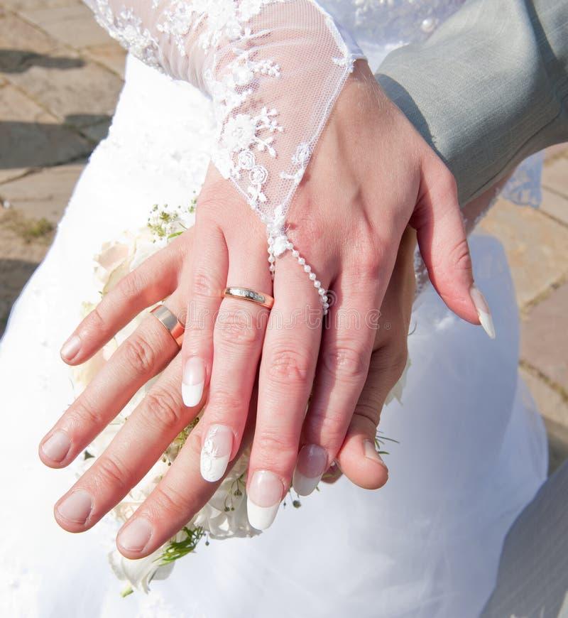 Handen van de bruid en de bruidegom royalty-vrije stock afbeelding
