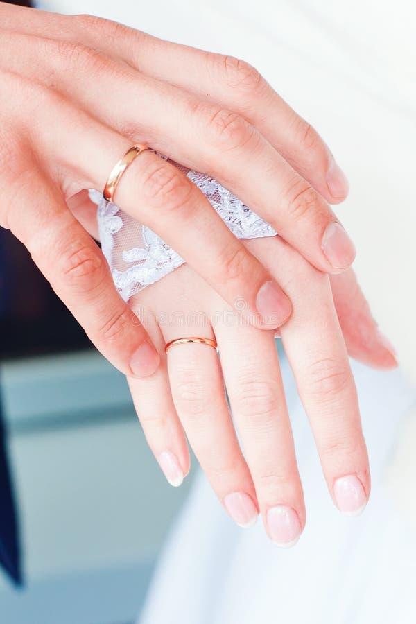 Handen van de bruid en de bruidegom royalty-vrije stock foto