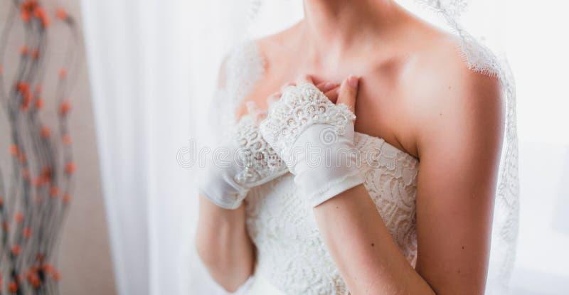 Handen van de bruid met handschoenen royalty-vrije stock foto's