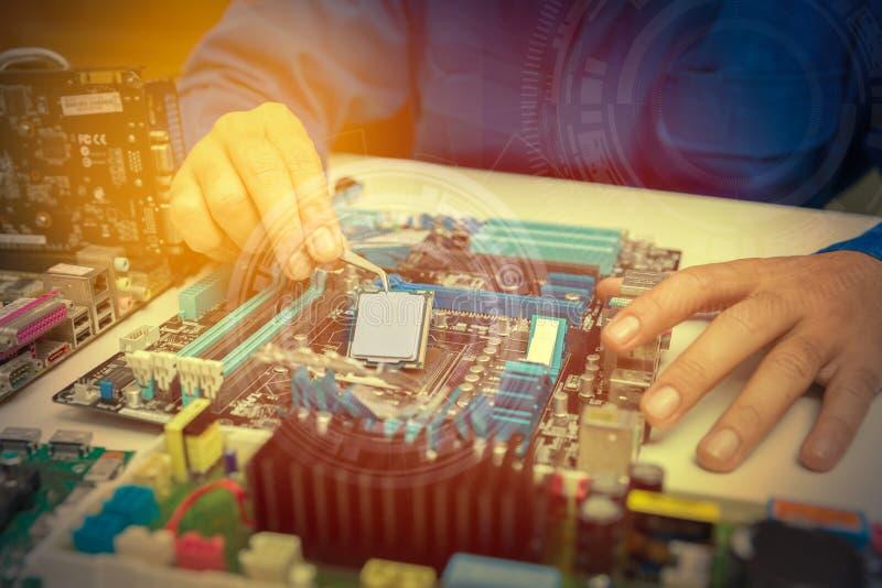 Handen van de delen van een technicus het assembleren computerhardware royalty-vrije stock afbeeldingen