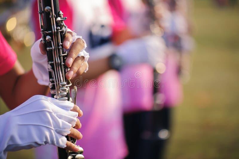 Handen van de mens die de klarinet in de het Marcheren Band spelen royalty-vrije stock foto's