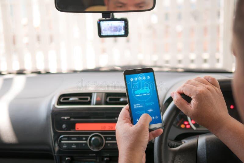 Download Handen Van De Mens Die Mobiele Slimme De Analyseappiicati Gebruiken Van Het Telefoonvoertuig Stock Afbeelding - Afbeelding bestaande uit zaken, bestuurder: 114226507