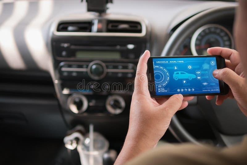 Download Handen Van De Mens Die Mobiele Slimme De Analyseappiicati Gebruiken Van Het Telefoonvoertuig Stock Afbeelding - Afbeelding bestaande uit bericht, kaart: 114226525