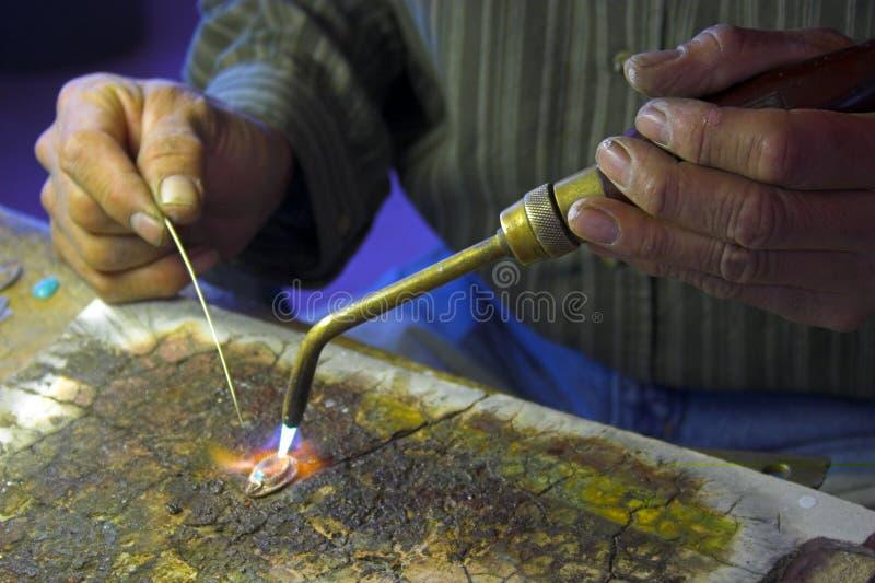 Handen van de vakman-juwelier stock fotografie