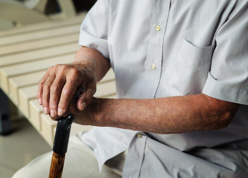 Handen van een bejaarde royalty-vrije stock foto