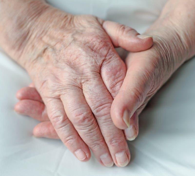 Handen van een bejaarde persoon stock foto's