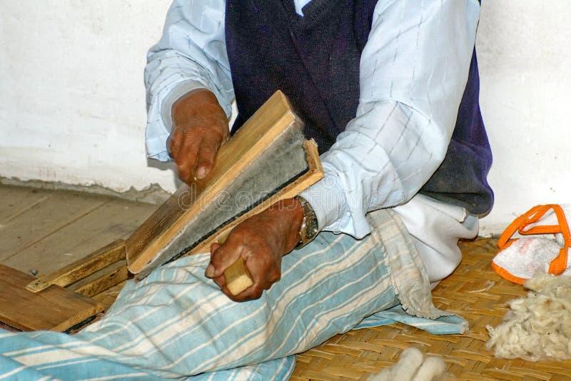 Handen van een bejaarde wever in Ecuador royalty-vrije stock afbeelding