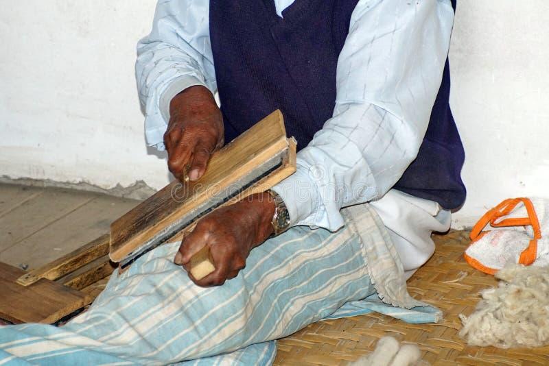 Handen van een bejaarde wever in Ecuador stock foto's