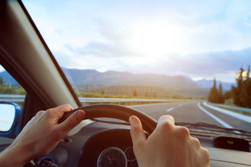 Handen van een bestuurder