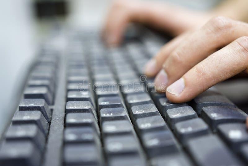 Handen van een bureauexploitant die op vuil toetsenbord typen stock afbeeldingen