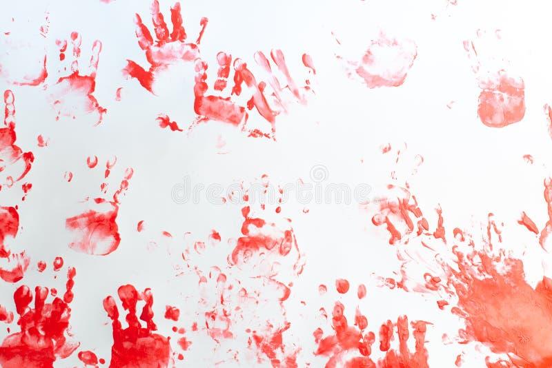 Handen van een kleine jongen die met waterverf op Witboekblad schilderen Weinig jongen met een borstel en verven Terug naar het C royalty-vrije stock afbeeldingen