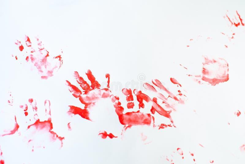 Handen van een kleine jongen die met waterverf op Witboekblad schilderen Weinig jongen met een borstel en verven Terug naar het C royalty-vrije stock fotografie