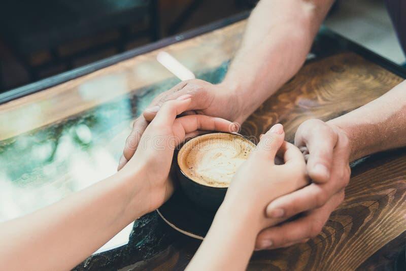 Handen van een man en een vrouw stock afbeelding