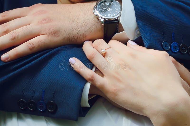Handen van een man en een vrouw, close-up Omhels, houd van, huwelijk stock afbeelding