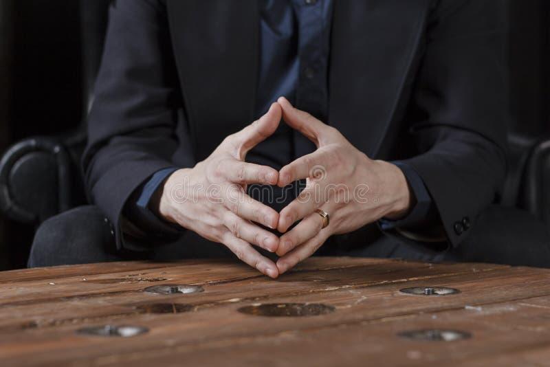 handen van een mens in een kostuum, close-up stock afbeelding