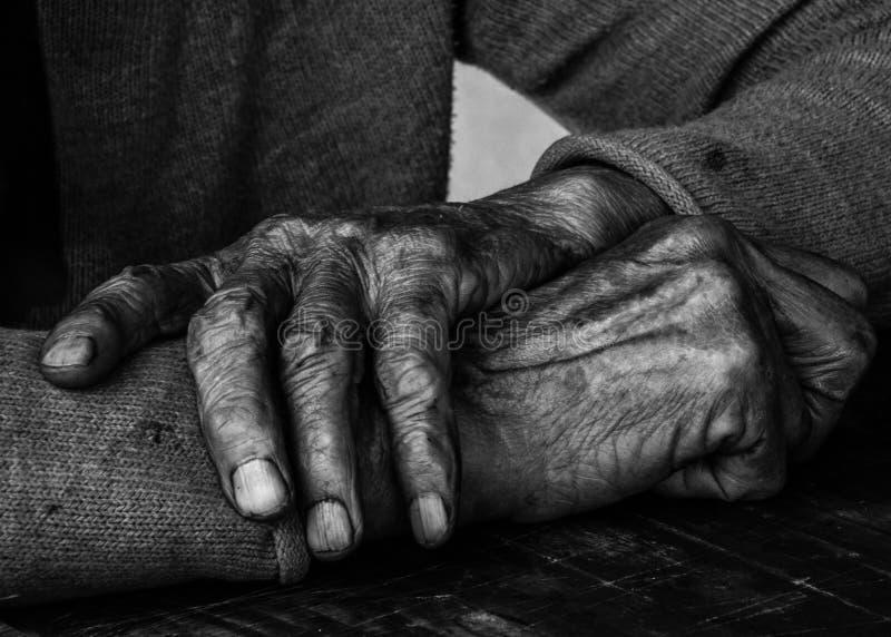 Handen van een oude vrouw, BW, Servië, Juli 2017 royalty-vrije stock afbeeldingen
