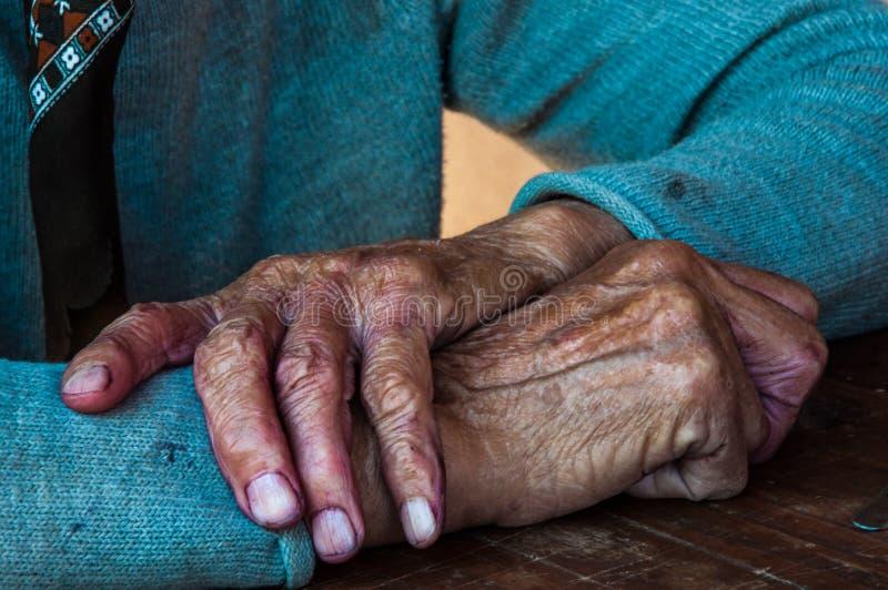 Handen van een oude vrouw, Servië, Juli 2017 royalty-vrije stock foto's