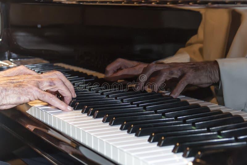 Handen van een pianospeler stock foto