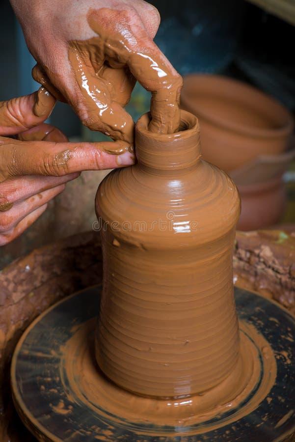 Handen van een pottenbakker stock afbeeldingen