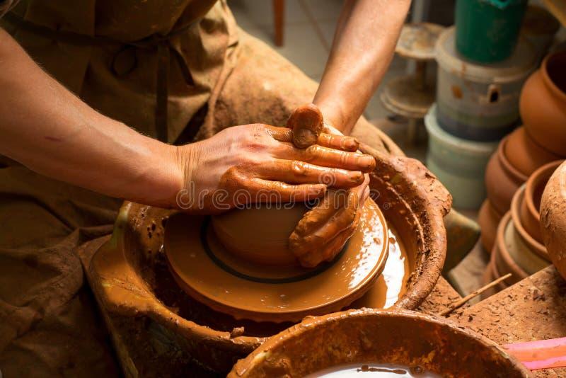 Handen van een pottenbakker stock foto's