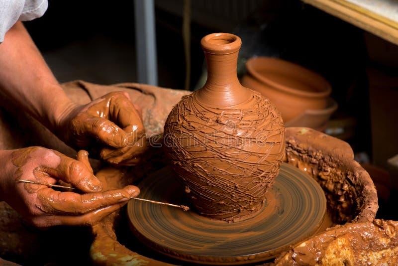 Handen van een pottenbakker stock foto