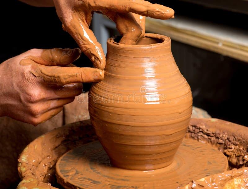 Handen van een pottenbakker royalty-vrije stock afbeelding