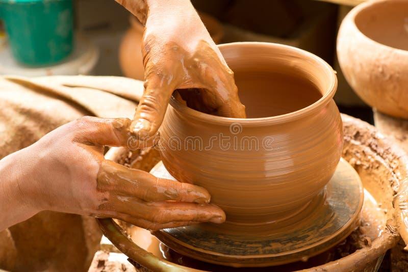 Handen van een pottenbakker royalty-vrije stock foto