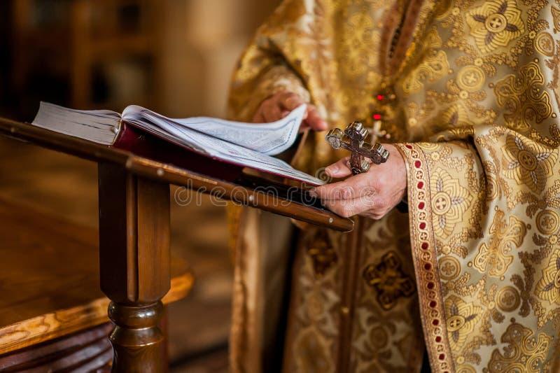 Handen van een priester in de Orthodoxe Kerk stock foto