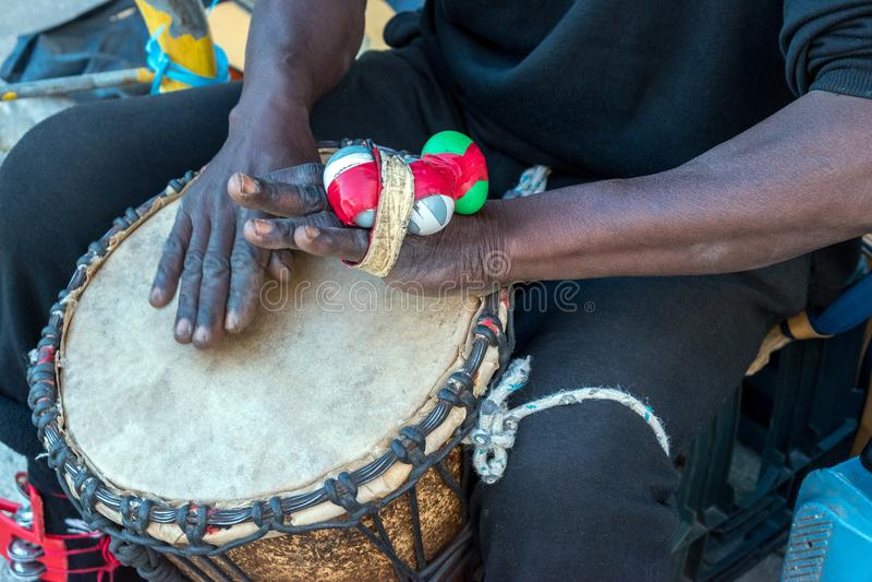 Handen van een zwarte mens die een traditionele trommel spelen royalty-vrije stock foto