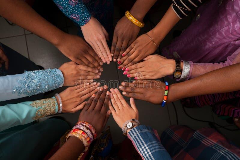 Handen van gelukkige groep Afrikaanse mensen die samen in cirkel blijven royalty-vrije stock afbeelding