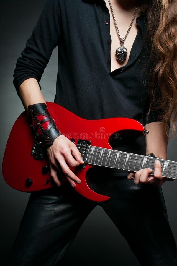 Handen van gitarist stock foto's