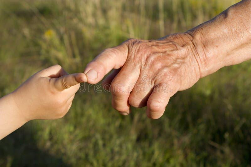 Handen van grootmoeder en kleinkind royalty-vrije stock foto