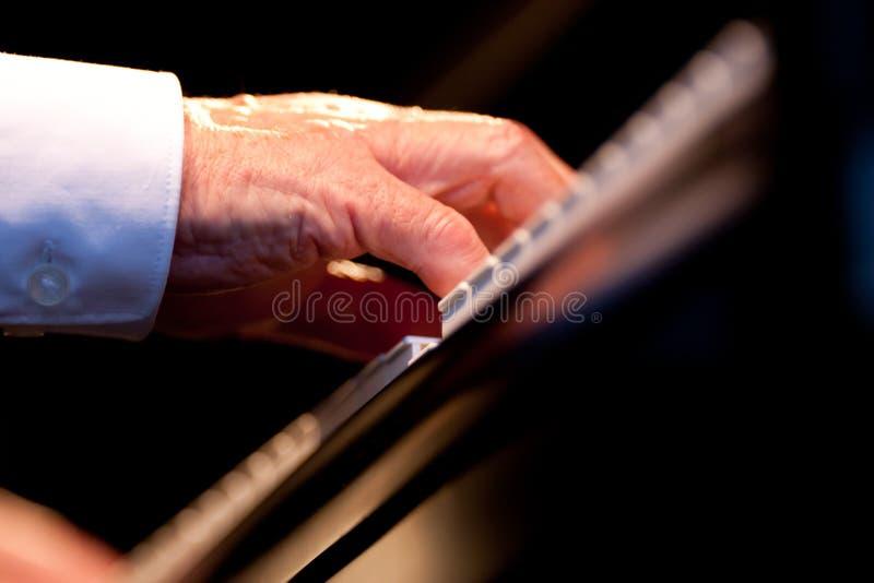 Handen van handen van een pianospeler royalty-vrije stock afbeeldingen