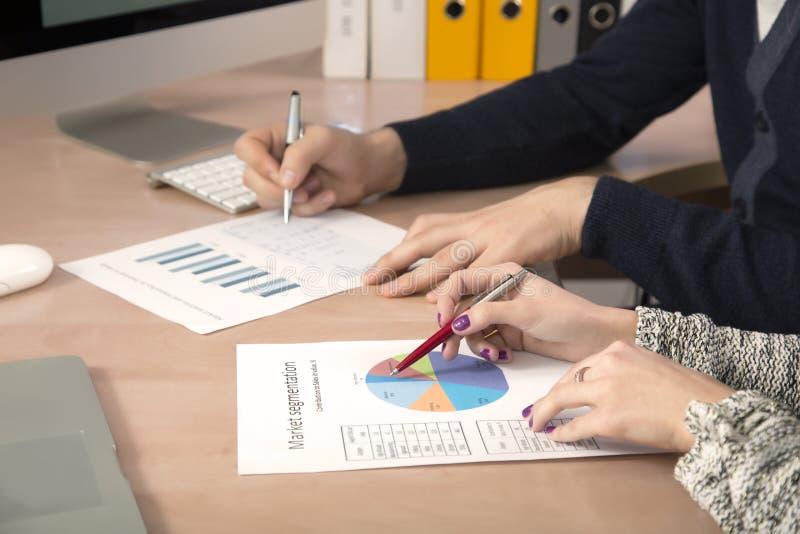 Handen van het bedrijfsmensen mannelijke en vrouwelijke werken stock foto