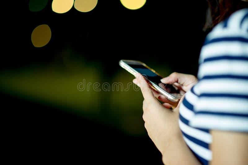 Handen van het meisje die de telefoon spelen Online Zaken Online Busi royalty-vrije stock afbeelding