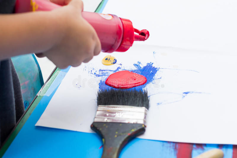 Handen van het schilderen stock foto