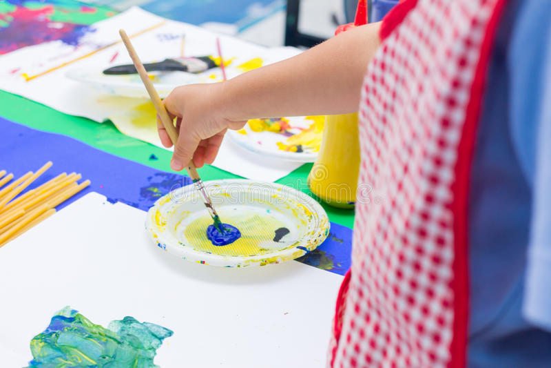 Handen van het schilderen stock afbeelding