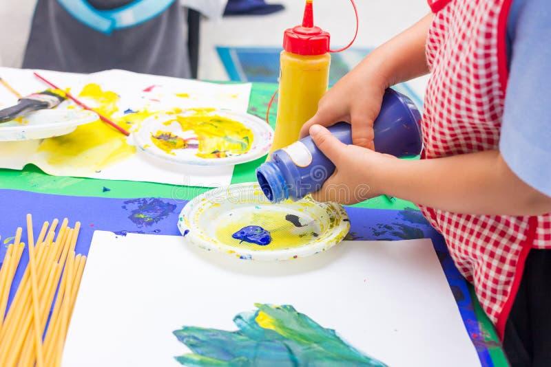 Handen van het schilderen stock foto's