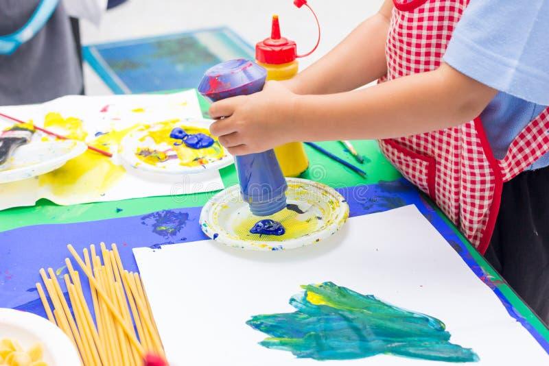 Handen van het schilderen royalty-vrije stock afbeelding