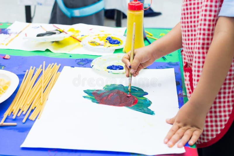 Handen van het schilderen stock afbeeldingen