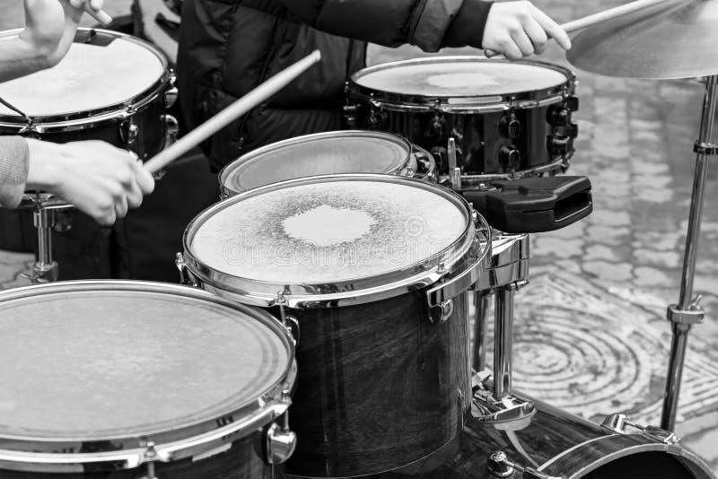 Handen van het uitvoeren van musici die drumstel in straat spelen royalty-vrije stock foto