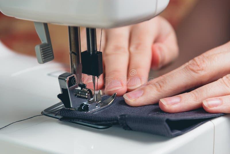 Handen van jong meisje op naaimachine royalty-vrije stock fotografie