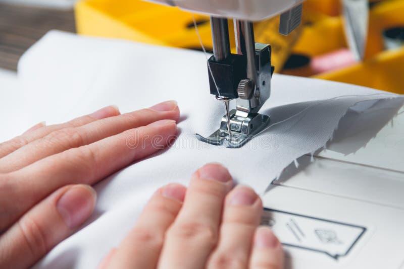 Handen van jong meisje op naaimachine royalty-vrije stock foto