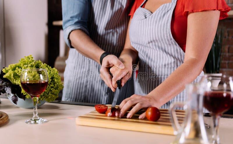 Handen van man en vrouwen scherpe groenten royalty-vrije stock foto's