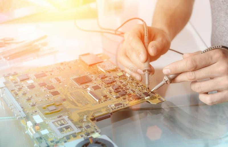 Handen van mannelijke technologie-het testen motherboard stock fotografie