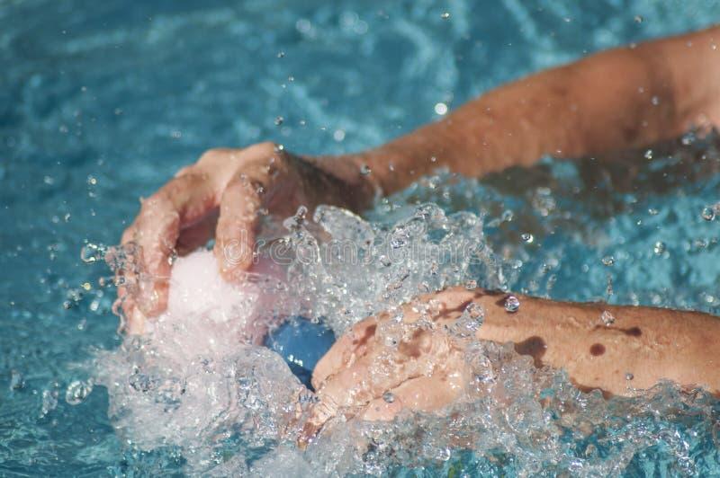 Handen van mens het bespatten met plastic rubbereendenspeelgoed royalty-vrije stock foto's