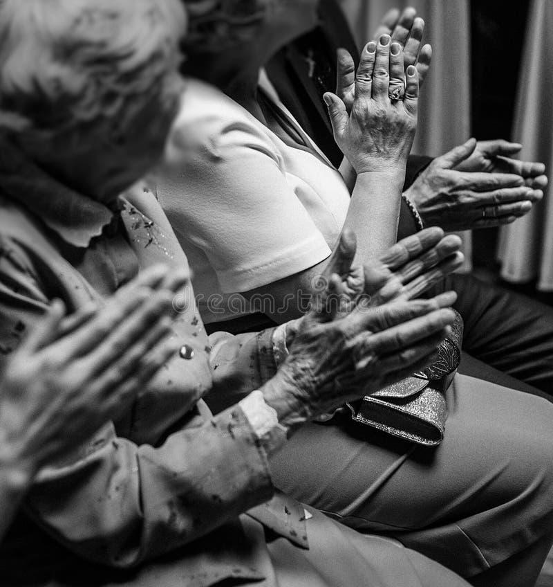 Handen van mensen die bij huwelijksceremonie toejuichen groep bejaarden stock foto's